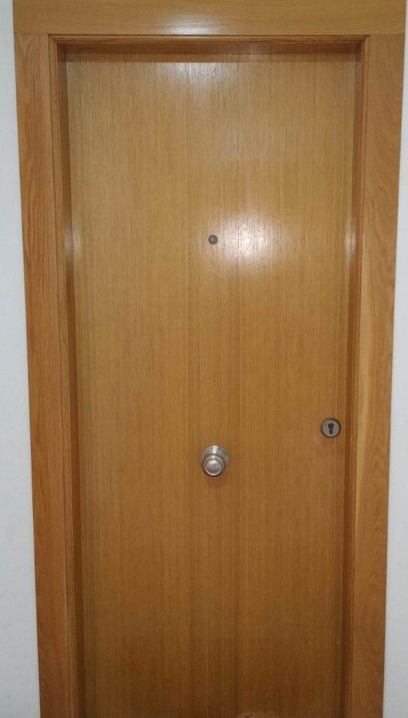 Puerta blindada con escudo abierto