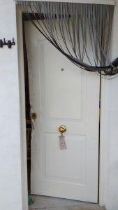 puerta metalica abierta con palanca